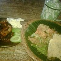 Photo taken at Dapoer Ngeboel - masakan kampoeng djawa by Mario C. on 12/5/2011