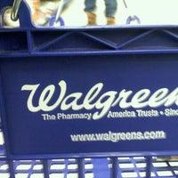 Foto tirada no(a) Walgreens por Joe Vito M. em 12/25/2010