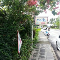 Photo taken at ขนมจีน พี่จอย by Jay Paxton H. on 8/25/2012