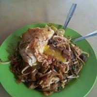 Photo taken at Kuey Tiaw Kerang 2.80 by Muhammad Shukri M. on 3/5/2012