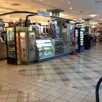 Das Foto wurde bei Oxford Valley Mall von Linda G. am 9/2/2012 aufgenommen