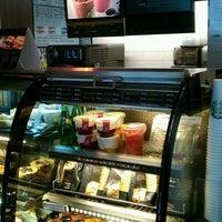 Foto tomada en Starbucks por Sandra L. el 6/28/2012