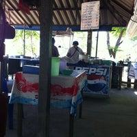 Photo taken at ก๊วยจั๊บโพธิ์เลี้ยว ซอย5 by Weerasak S. on 4/18/2012