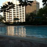 Photo taken at Four Seasons Hotel Singapore by Jaini M. on 4/4/2011