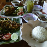 Photo taken at Warung Makan  Cinta Rasa Ikan mujair asli songan by Made K. on 11/26/2011