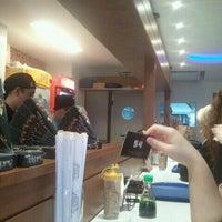 Foto tirada no(a) Sushi Roots Express por Leonardo G. em 10/20/2011
