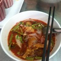 Photo taken at ร้านต้นเย็นตาโฟกุ้งทอด by Kainui C. on 3/3/2012