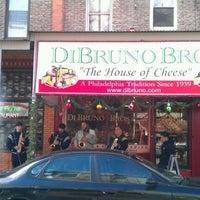 Das Foto wurde bei Di Bruno Bros. von winston y. am 12/24/2011 aufgenommen