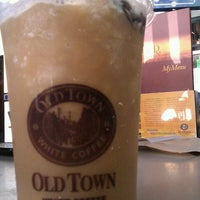 Photo taken at OldTown White Coffee by Xiiao Yong L. on 10/27/2011