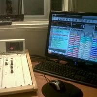 รูปภาพถ่ายที่ Radium FM โดย Rodolfo P. เมื่อ 9/6/2011