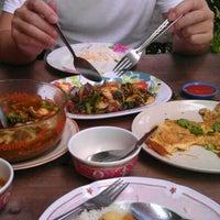 Photo taken at ครัววีเทค อร่อยดีที่ชายแดน by Sureerampai B. on 10/22/2011