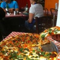 11/12/2011 tarihinde Jeremy K.ziyaretçi tarafından Luigi's Pizzeria'de çekilen fotoğraf