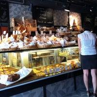 Photo prise au Sunflour Bakery & Café par Andrew L. le10/8/2011