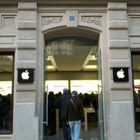 Photo taken at Apple Calle Colón by Jaime G. on 12/9/2011