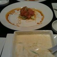 Foto scattata a Red Koi Thai & Sushi Lounge da Victor M. il 9/4/2012