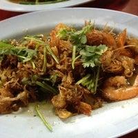 Photo taken at ร้านข้าวต้มรุ่งเรือง ริมถนนชัยพฤกษ์ by Jikko on 3/12/2012