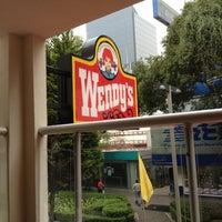 Photo taken at Wendy's by Bruno Oswaldo C. on 7/25/2012