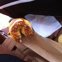 Foto tomada en The Pretzel Bakery por Lora N. el 9/8/2012