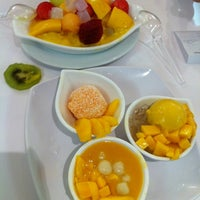 Photo taken at 許留山 Hui Lau Shan Healthy Dessert by Ben O. on 7/15/2012
