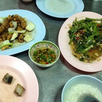 Photo taken at โหงวโภชนา by Bow P. on 7/27/2012