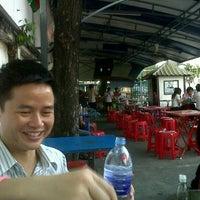 Photo taken at ร้าน แซ่บยโส ศิษย์เก่าอังกฤษ by PangPond L. on 2/7/2012