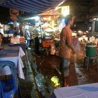 Photo taken at บูมอาหารตามสั่ง by Tao N. on 7/11/2012