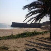 Foto tirada no(a) Praia da Torre por Lisa S. em 2/27/2012