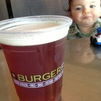 รูปภาพถ่ายที่ BurgerFi โดย Oscar L. เมื่อ 8/17/2013