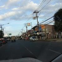 Photo taken at 7-11 สะพานดำ by ตายไปแล้ว ส. on 8/18/2013