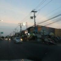 Photo taken at 7-11 สะพานดำ by ตายไปแล้ว ส. on 1/14/2014