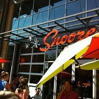 รูปภาพถ่ายที่ Snooze โดย Zach S. เมื่อ 10/8/2012