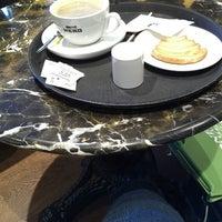 รูปภาพถ่ายที่ Caffè Nero โดย Mary L. เมื่อ 3/29/2013
