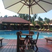 Photo taken at Maikaew Damnoen Resort | Ratchaburi by Book T. on 12/1/2014