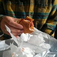 11/21/2012 tarihinde Alina B.ziyaretçi tarafından Snarf's Sandwiches'de çekilen fotoğraf
