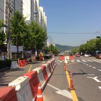 Photo taken at 금호아파트(40795)버스정류장 by Haruka I. on 5/22/2015