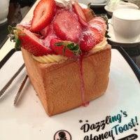 Das Foto wurde bei Dazzling Cafe Pink von Regine R. am 9/30/2012 aufgenommen
