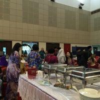 Photo taken at Sekolah Yayasan Sultan Haji Hassanal Bolkiah by RiNi A. on 9/6/2015