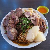 Photo taken at Kah Hiong Ngiu Chap 家鄉牛什 by Pondok W. on 2/7/2015