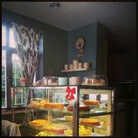 10/26/2013 tarihinde Hazel K.ziyaretçi tarafından Café Kish'de çekilen fotoğraf