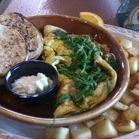 Foto scattata a Another Broken Egg Cafe da Lisa G. il 4/8/2013