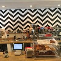 Foto diambil di Damn Fine Coffee Bar oleh Bruce pada 8/2/2016