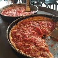 Foto tomada en Lou Malnati's Pizzeria por Jason S. el 10/23/2017