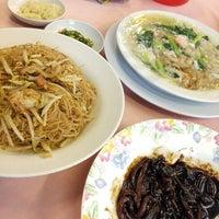 Photo taken at 韦纪饭店 Restoran Wei Ji by Yok San on 9/17/2015