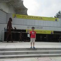 Photo taken at 서울시립미술관 경희궁분관 by SeongKeun L. on 8/18/2013