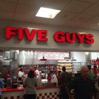 Foto scattata a Five Guys da Tim J. il 8/6/2013