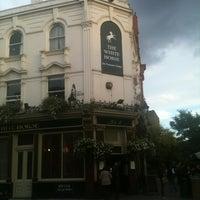 Das Foto wurde bei The White Horse von S P. am 10/14/2012 aufgenommen
