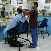 รูปภาพถ่ายที่ Pangkas Rambut Asri โดย Zhaky B. เมื่อ 2/13/2013