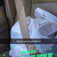 Das Foto wurde bei Tacos La Banqueta von Phreshmint .. am 4/15/2016 aufgenommen