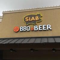 Foto tirada no(a) Slab BBQ por Phillip B. em 6/20/2018