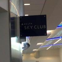 Foto tomada en Delta Sky Club por Dave K. el 6/15/2013